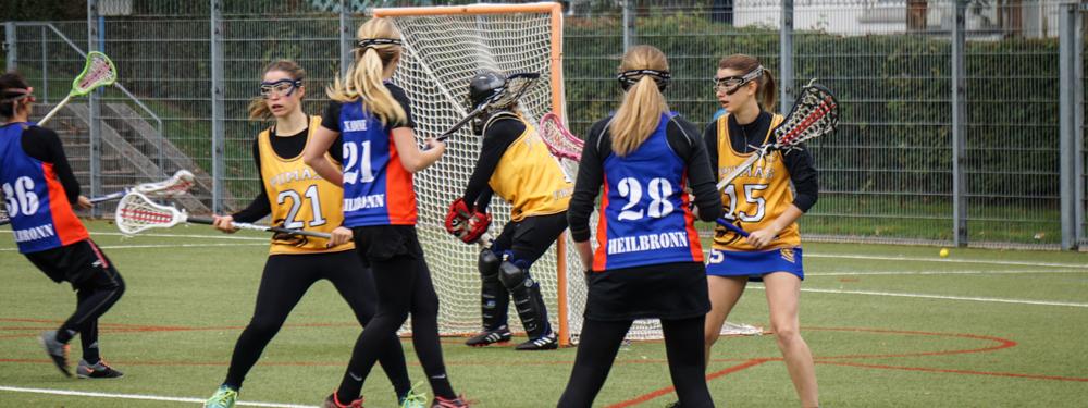 im Damen Lacrosse versuchen die Spielerinnen den Ball ins gegnerische Tor zu befördern