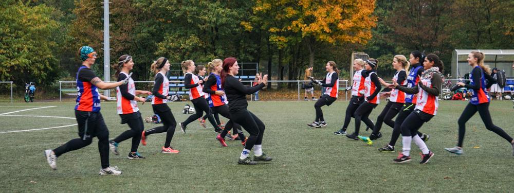 Die Damen wärmen sich auf. Im Lacrosse Probetraining wirst du gleich in die Mannschaft integriert.