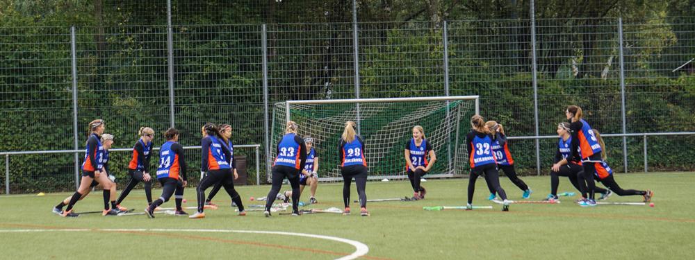 die Damen wärmen sich vor einem Lacrosse Spiel auf